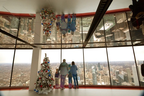 family at window cn tower
